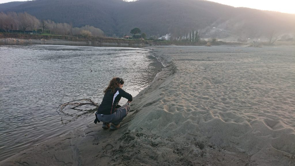 Prelievo di campioni di sabbia nel fiume